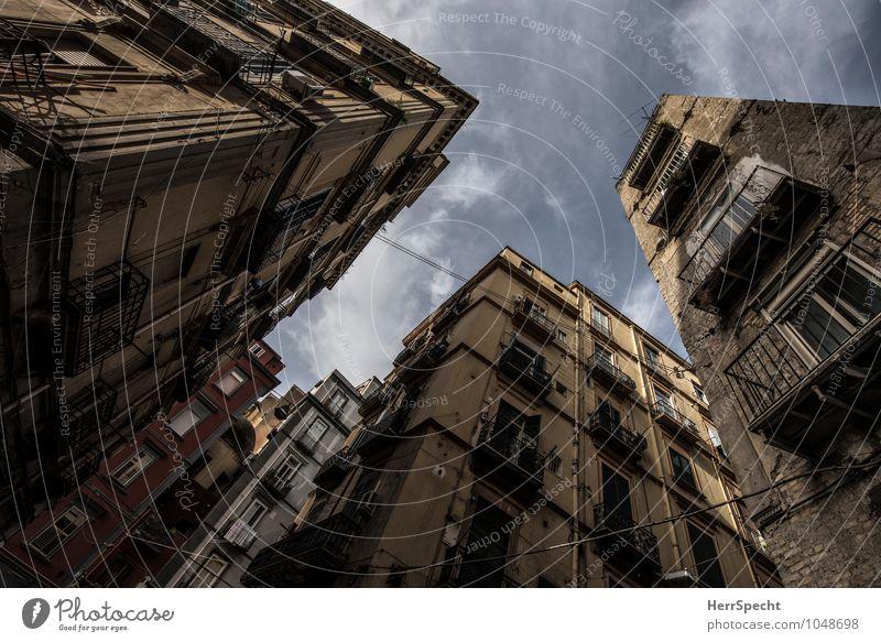 Via Carbonara Neapel Italien Süditalien Stadtzentrum Altstadt Haus Gebäude Architektur Fassade Balkon alt ästhetisch außergewöhnlich historisch trist blau grau