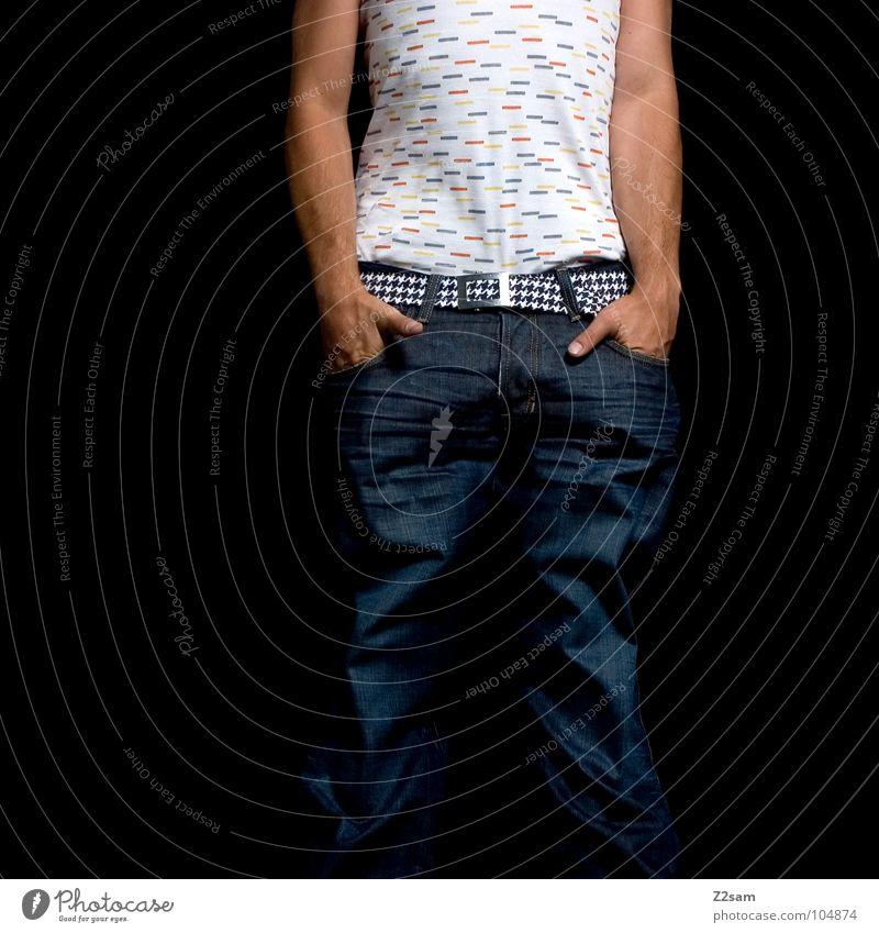 frontal II stehen Hand Hosentasche Unterhemd mehrfarbig weiß braun klassisch Gürtel Muster Mensch Mann maskulin Stil lässig hängen hängen lassen Erholung Arme