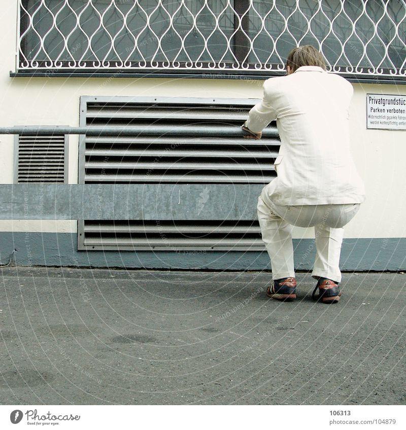 MORGENGYM: TROCKENÜBUNG AM EISEN [KOLABO] Mann weiß Gesäß Anzug obskur seltsam hocken kühlen Lamelle Kühlung hockend Körperbeherrschung Abluft Lüftungsschacht