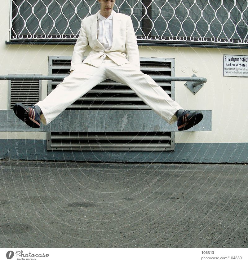 MORGENGYM: BEINE BREIT [KOLABO] Junger Mann 18-30 Jahre Anzug weiß Außenaufnahme Körperbeherrschung Beine Hosenbeine spreizen Lüftungsschacht Lüftungsschlitz