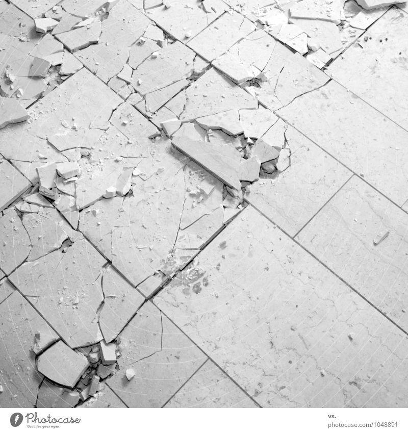 Marmor, Stein und Eisen brechen... Stadt Haus Architektur dreckig Häusliches Leben Vergänglichkeit Bodenbelag kaputt Umzug (Wohnungswechsel) Vergangenheit