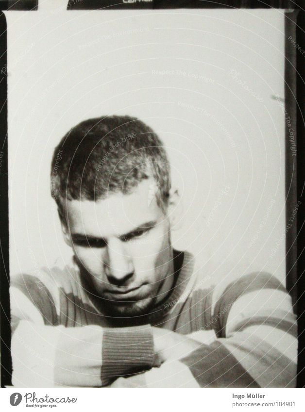Fotosession 16 Pullover Mann maskulin Streifen Fotografie Photo-Shooting schwarz weiß Bart Denken ruhig gestreift verschränken ernst Trauer Schwarzweißfoto