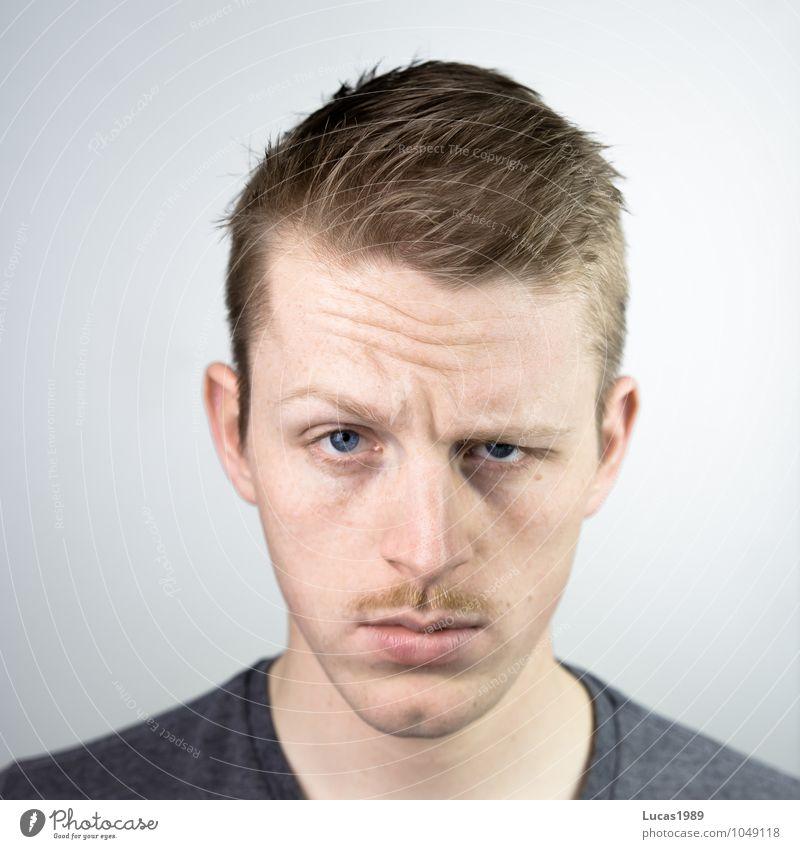 Blicke zum ... Mensch maskulin Junger Mann Jugendliche Erwachsene Kopf Gesicht Bart 1 18-30 Jahre T-Shirt blond kurzhaarig Oberlippenbart beobachten Coolness