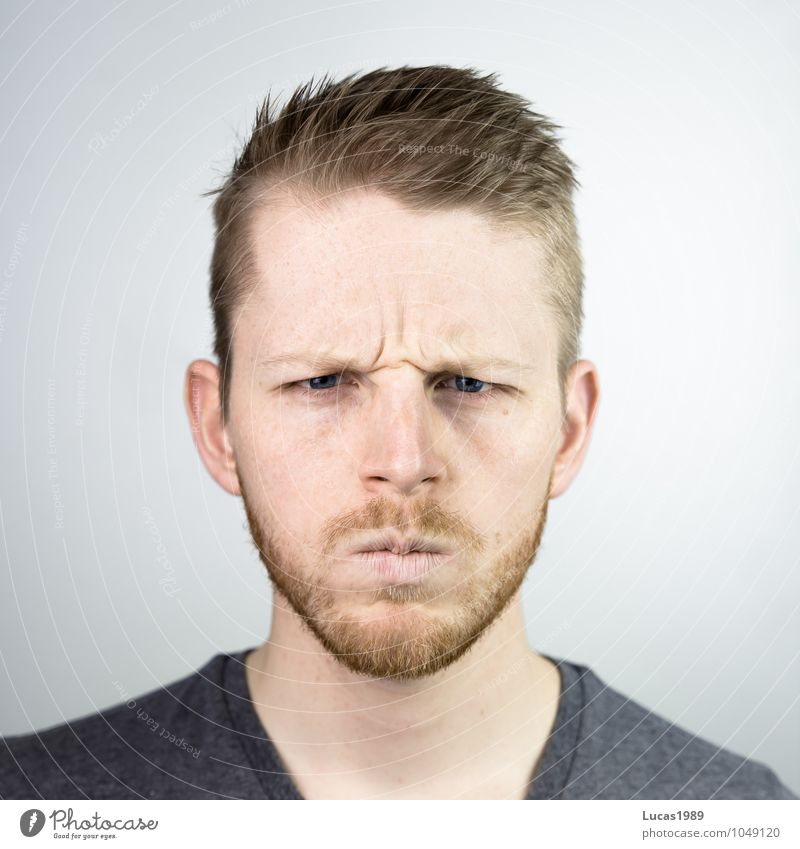 Böse(r) Mensch Jugendliche Mann Junger Mann 18-30 Jahre Erwachsene Gesicht Gefühle Haare & Frisuren Kopf maskulin blond bedrohlich T-Shirt Wut Bart