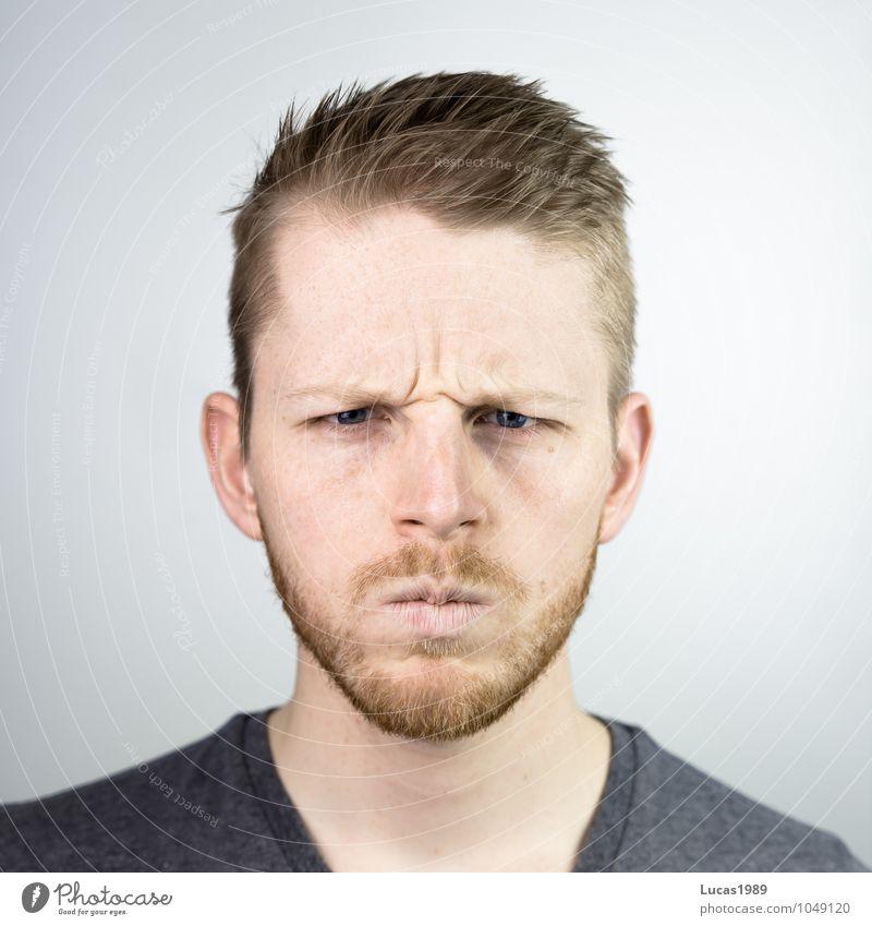 Böse schauender Mensch maskulin Junger Mann Jugendliche Erwachsene Kopf Gesicht Bart 1 18-30 Jahre T-Shirt Haare & Frisuren blond kurzhaarig Vollbart