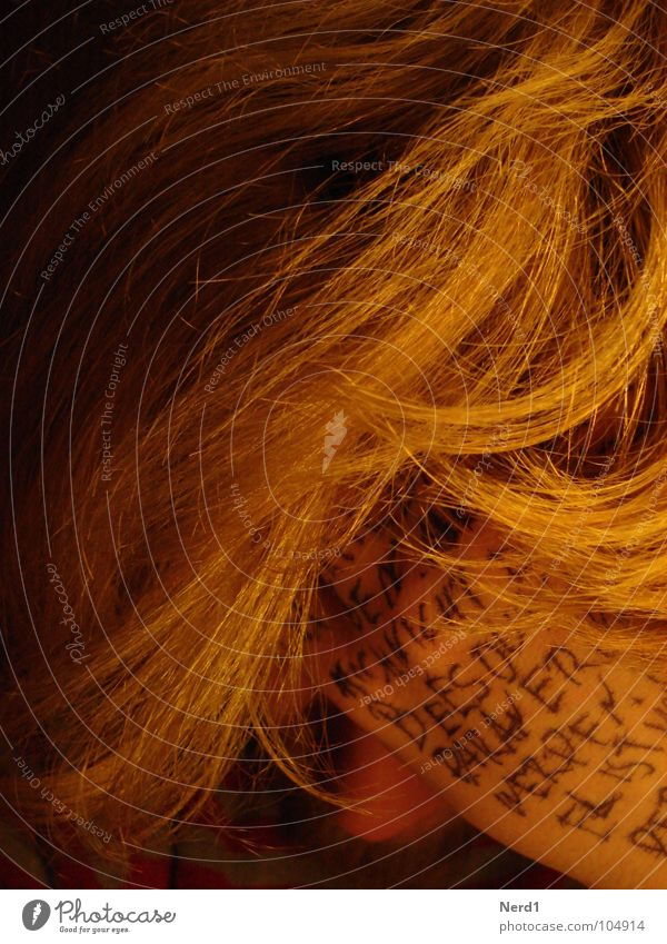 Desperate Mann Hand gelb dunkel Haare & Frisuren blond Schriftzeichen Text Bildausschnitt Anschnitt Haarsträhne Großbuchstabe handschriftlich