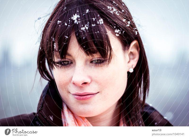 Junge Frau mit einer Winterdepression Mensch Natur Jugendliche blau schön weiß Einsamkeit ruhig 18-30 Jahre kalt Erwachsene Umwelt Gesicht Traurigkeit