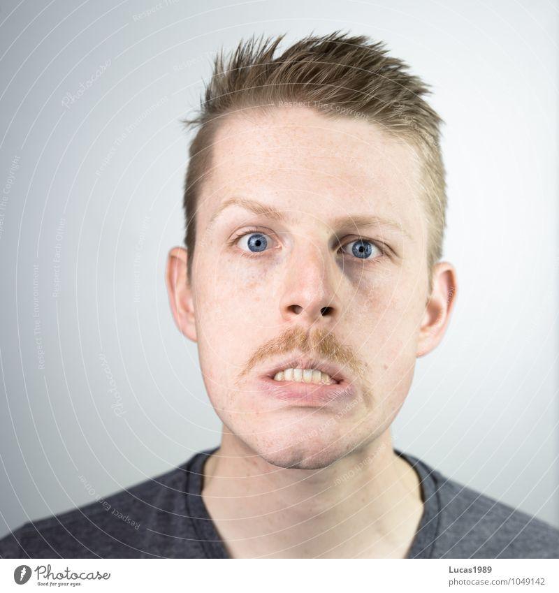 Wahn(sinn) Mensch maskulin Junger Mann Jugendliche Erwachsene Kopf Gesicht Zähne Bart 1 18-30 Jahre T-Shirt blond kurzhaarig Oberlippenbart Blick