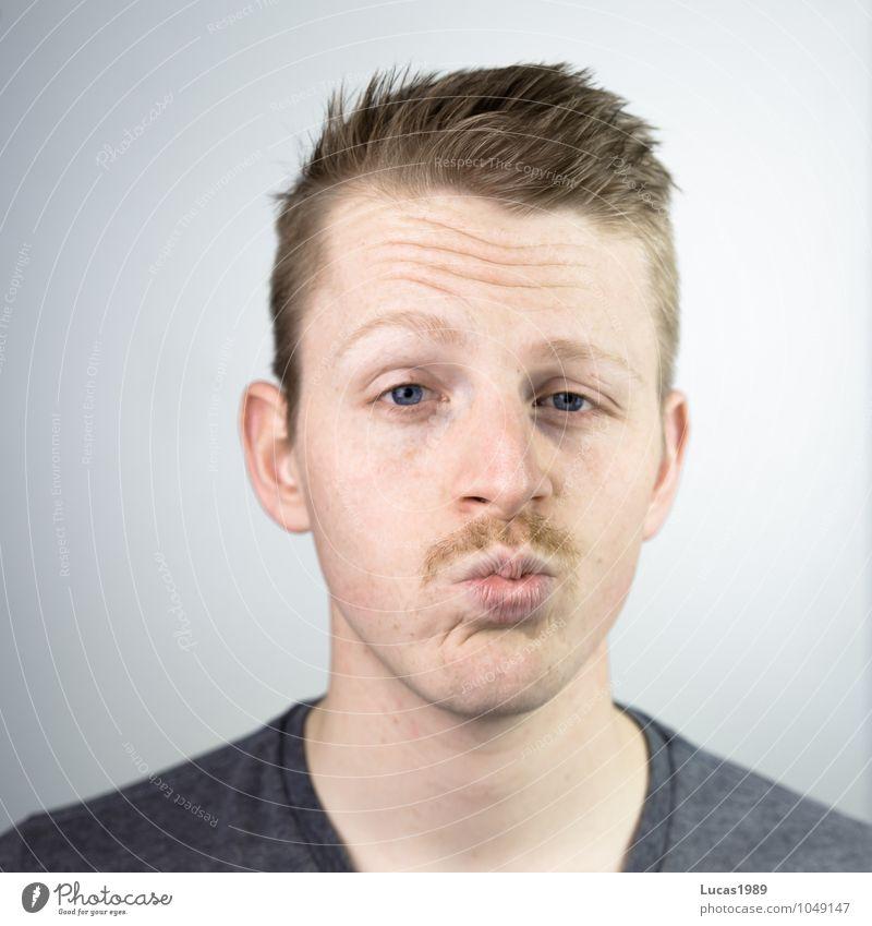 schnurrrrr Mensch maskulin Junger Mann Jugendliche Erwachsene Kopf Gesicht Mund Lippen Bart 1 18-30 Jahre T-Shirt blond kurzhaarig Oberlippenbart Küssen Lächeln