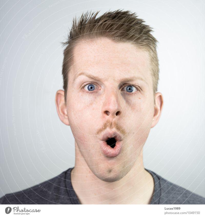 junger Mann mit Schnurrbart ist entzürnt Mensch maskulin Junger Mann Jugendliche Erwachsene Kopf Gesicht Mund 1 18-30 Jahre Haare & Frisuren blond kurzhaarig