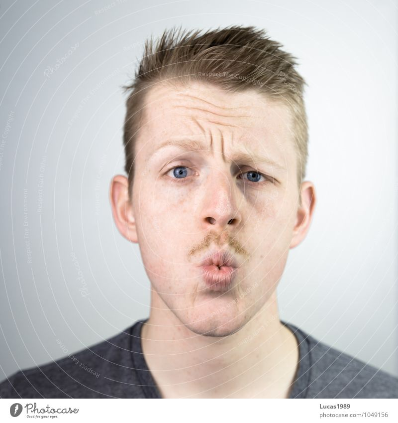 ooohhh Mensch Junger Mann Jugendliche Erwachsene Kopf Gesicht Mund Bart 1 18-30 Jahre T-Shirt Haare & Frisuren blond kurzhaarig Oberlippenbart beobachten Denken