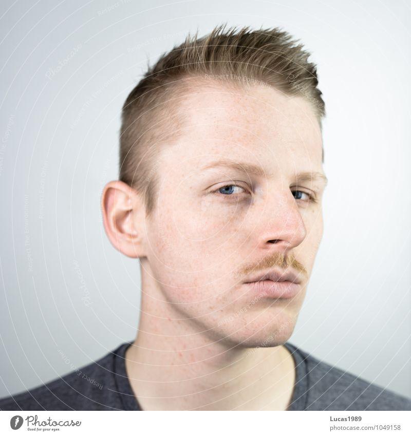 schnurr(bart) Mensch maskulin Junger Mann Jugendliche Erwachsene Kopf Gesicht Bart 1 18-30 Jahre blond kurzhaarig Oberlippenbart Denken Lächeln träumen Coolness