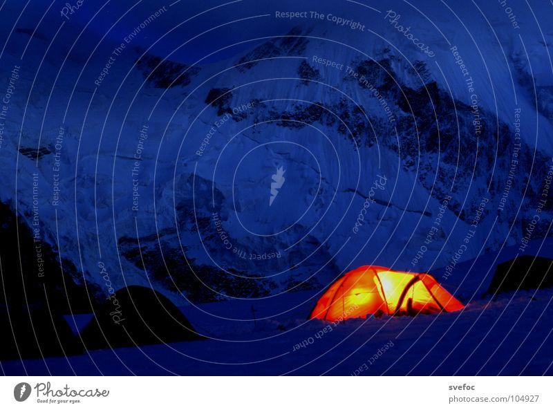 Einer ist noch wach ... Zelt Nacht Licht kalt dunkel Lampe Bergsteigen Mont Blanc Einsamkeit gemütlich Wachsamkeit schlafen Camping Langzeitbelichtung