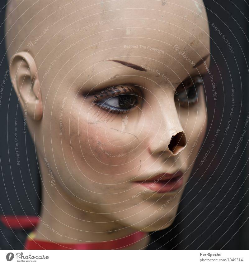 Verlustanzeige Frau alt schön Gesicht Traurigkeit kaputt Nase Model trashig Figur Glatze Puppe Wunde Schaden künstlich Schaufensterpuppe