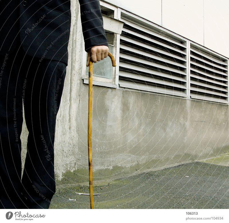 DIE KUNST DER ERINNERUNG [KOLABO] Spazierstock Wanderstock Senior alt Assistent Anzug schwarz Außenaufnahme Anschnitt Bildausschnitt Detailaufnahme anonym