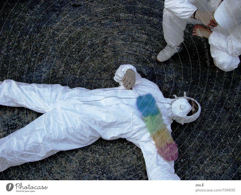 [b/w] rachsüchtig Kerl Körperhaltung weiß Arbeitsanzug Quarantäne Labor Laborant Reinigen Raumpfleger Staubwedel mehrfarbig Mundschutz Sonnenbrille Gelände Wand