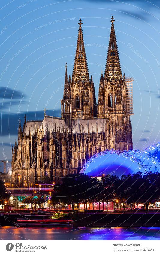 Der Dom ist immer wieder schön... Kirche Sehenswürdigkeit Bekanntheit Köln Kölner Dom Farbfoto Außenaufnahme Abend Dämmerung Starke Tiefenschärfe
