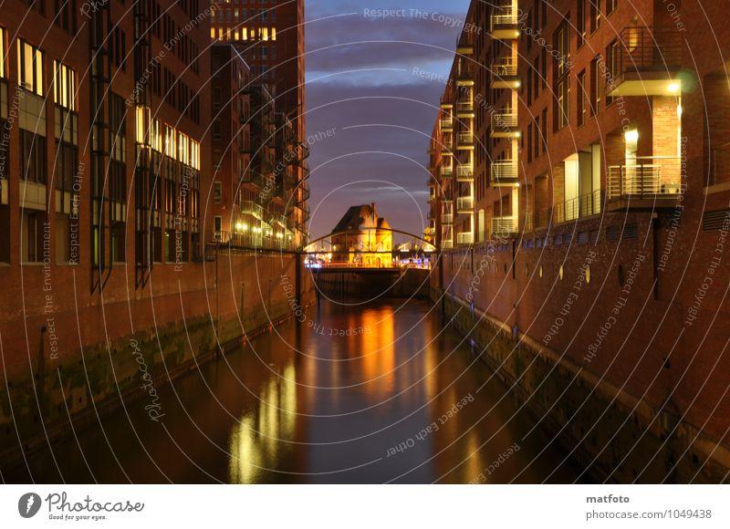 Hamburg Speicherstadt bei Nacht 2 Stadt alt Wasser gelb Wand Mauer braun Brücke Hafen Nordsee Sehenswürdigkeit Originalität Nachtleben Nachthimmel Hafenstadt