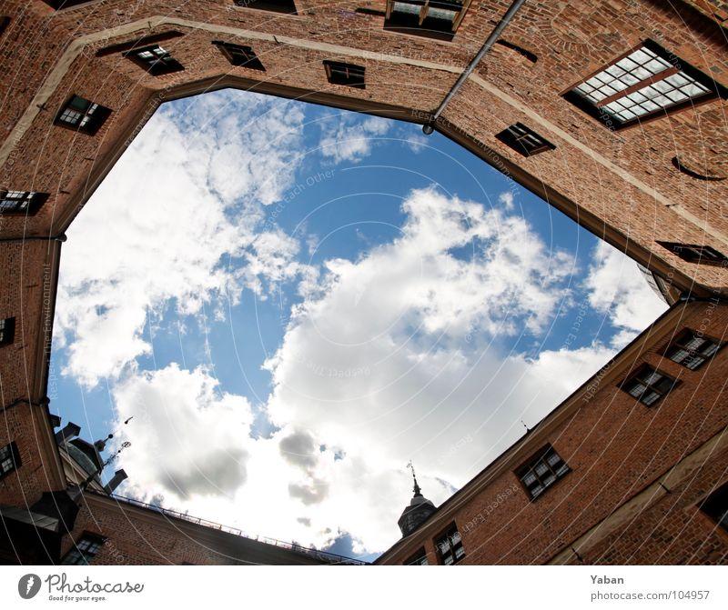 Himmel über Schloß Gripsholm Schweden Mariefred Wolken Innenhof Weitwinkel Bilderrahmen eingeengt Geometrie frei Freiheit gefangen Aussicht historisch Kunst