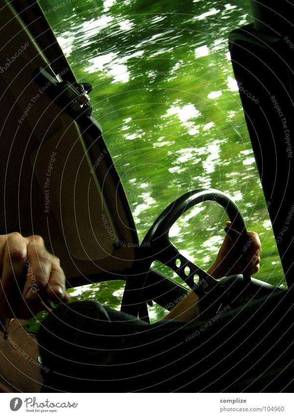 WwwwrooooooOOOMMM!    ...........oder Auto fahren Mann Hand grün Baum Freude Blatt Fenster PKW Verkehr Geschwindigkeit fahren führen Kurve Siebziger Jahre Straßenverkehr vorwärts