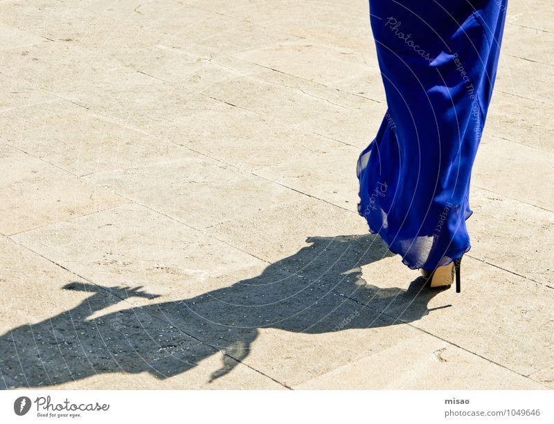 12 cm Schnelligkeit Mensch Frau Jugendliche Stadt blau schön Erotik 18-30 Jahre Erwachsene feminin Stil Feste & Feiern Mode leuchten elegant Geschwindigkeit