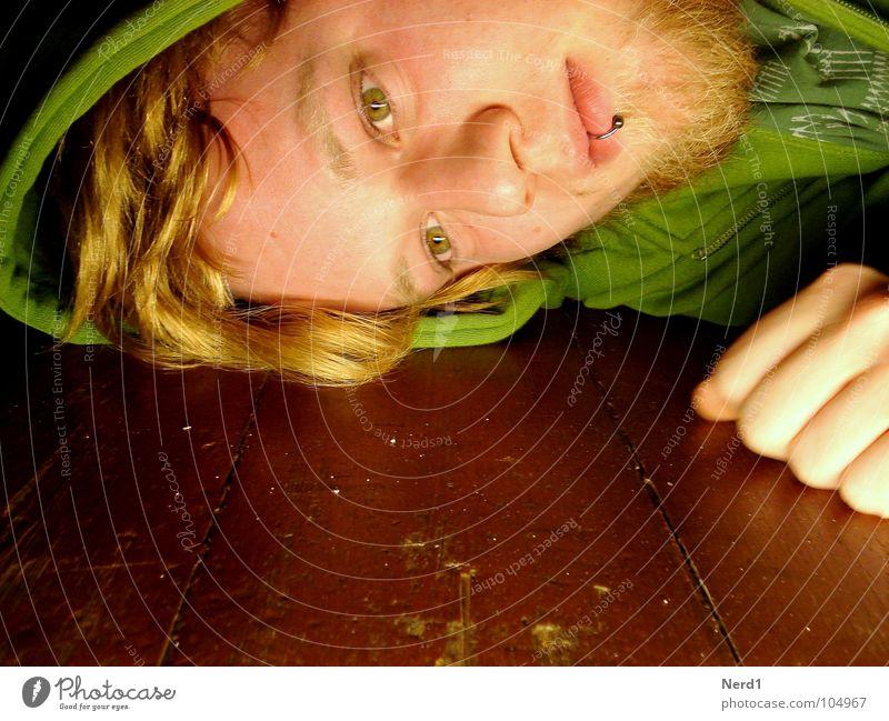 Down Mann Jugendliche Hand grün Gesicht Auge Farbe Holz blond Bodenbelag Bart 18-30 Jahre Langeweile Gesichtsausdruck Kapuze