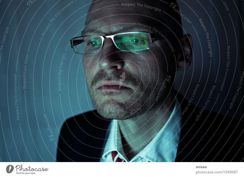Verschwörungstheorie Mensch Mann blau Einsamkeit schwarz dunkel kalt Erwachsene maskulin Business Büro Computer beobachten Telekommunikation Brille Internet
