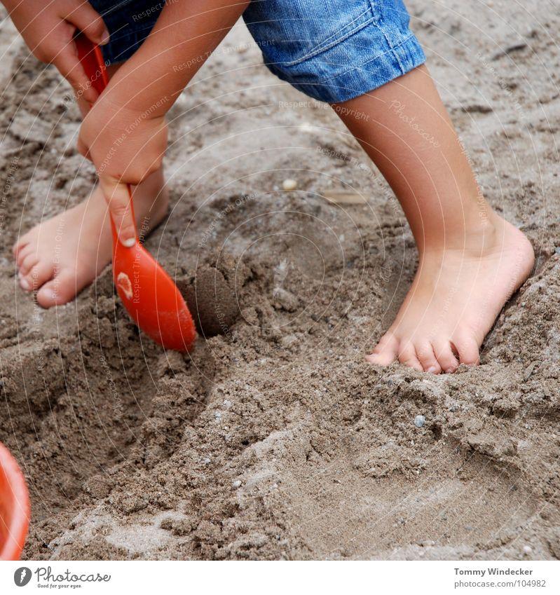 Mit beiden Beinen III Kind Ferien & Urlaub & Reisen blau Sommer Meer rot Freude gelb Junge Spielen Sand Fuß Freizeit & Hobby Kindheit stehen