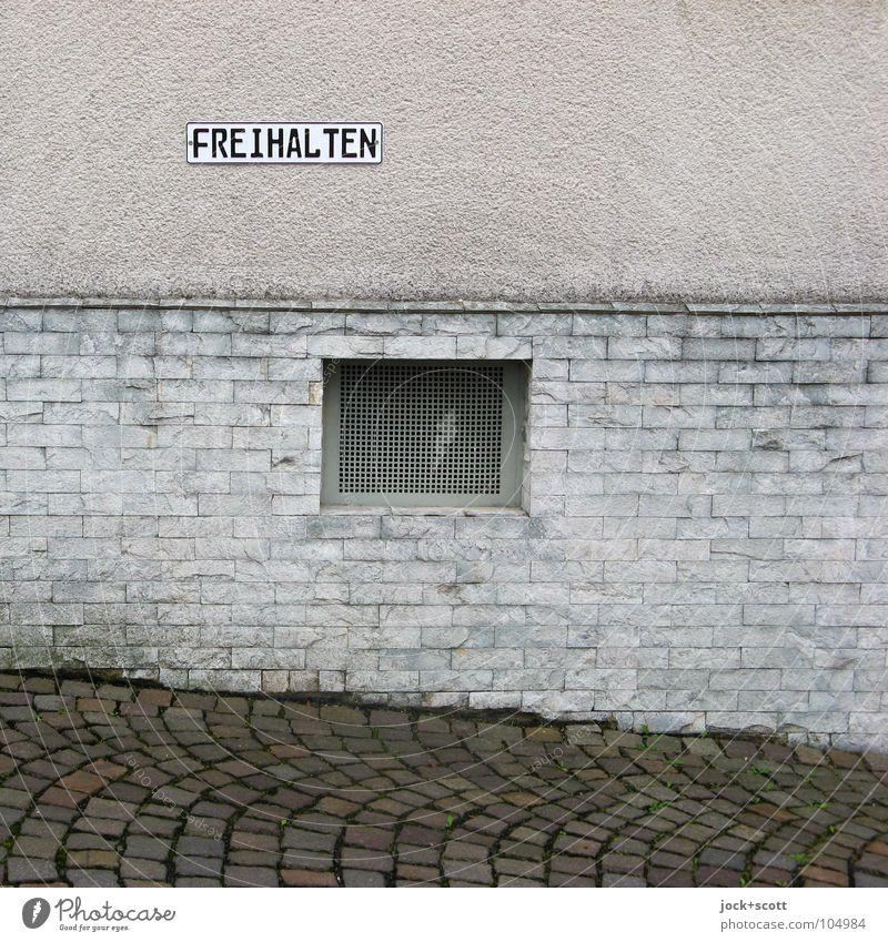 FREIHALTEN Haus dunkel Fenster Gebäude grau Stein Hintergrundbild Fassade Ordnung Schriftzeichen Platz Boden Buchstaben Bild Verkehrswege Reihe