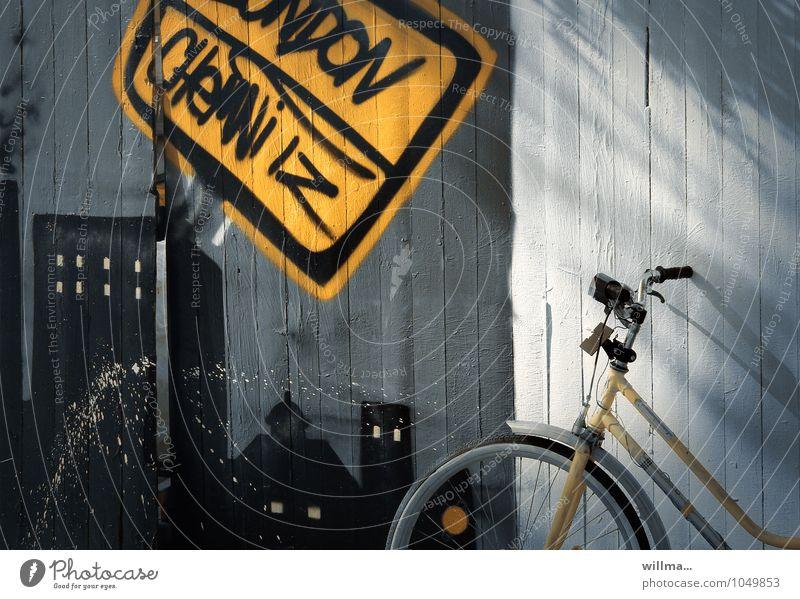 Mit dem Fahrrad unterwegs von London bis Chemnitz Bretterzaun Graffiti Sightseeing Städtereise Stadt gelb Sonnenlicht Ferien & Urlaub & Reisen Hochhäuser