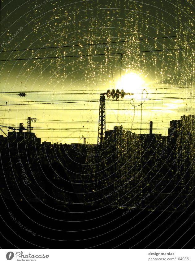 Sonnenregenbahn Wolken schlechtes Wetter dunkel nass Eisenbahn blenden Verkehr fahren Horizont Luft rein frisch Flüssigkeit Bewegung Geschwindigkeit Regen