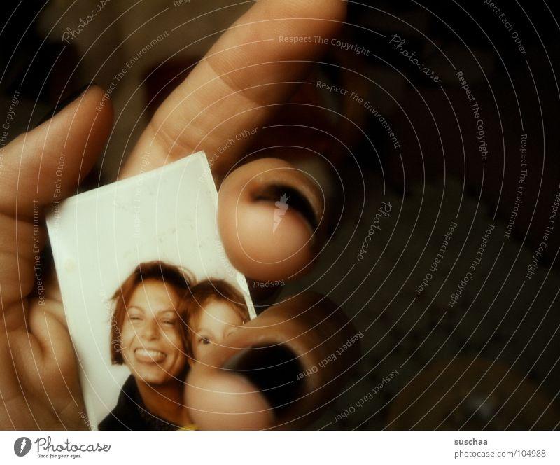 erinnerungen .. Passbild Automat Hand Fingernagel Geschwister Unsinn Erinnerung Fundstück finden vergangen Vergangenheit festhalten Hintergrundbild Blick Freude