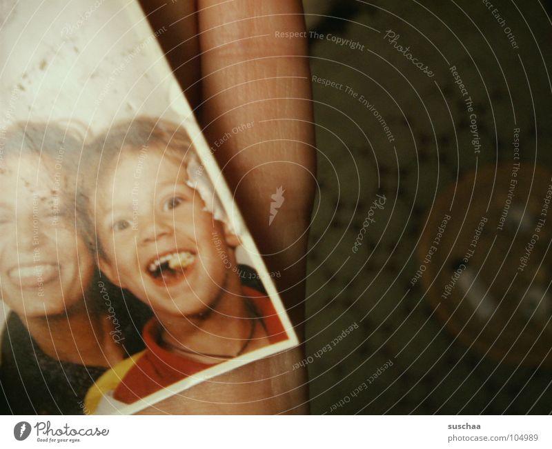 erinnerungen .. (no 2) Kind Hand alt Freude lachen Familie & Verwandtschaft Hintergrundbild Vergänglichkeit festhalten Vergangenheit vergangen Zunge Erinnerung Unsinn finden
