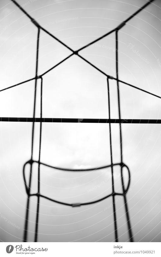 Riesenmakramee schwarz grau außergewöhnlich Linie oben trist groß bedrohlich Seil Netzwerk Zusammenhalt Netz Kreuz Knoten Schlaufe gespannt