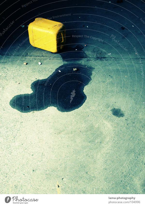 Danger: Explosive! blau Wasser gelb Umwelt dreckig Beton Brand gefährlich Bodenbelag bedrohlich Industriefotografie Warnhinweis Flüssigkeit Flasche Strahlung Erdöl