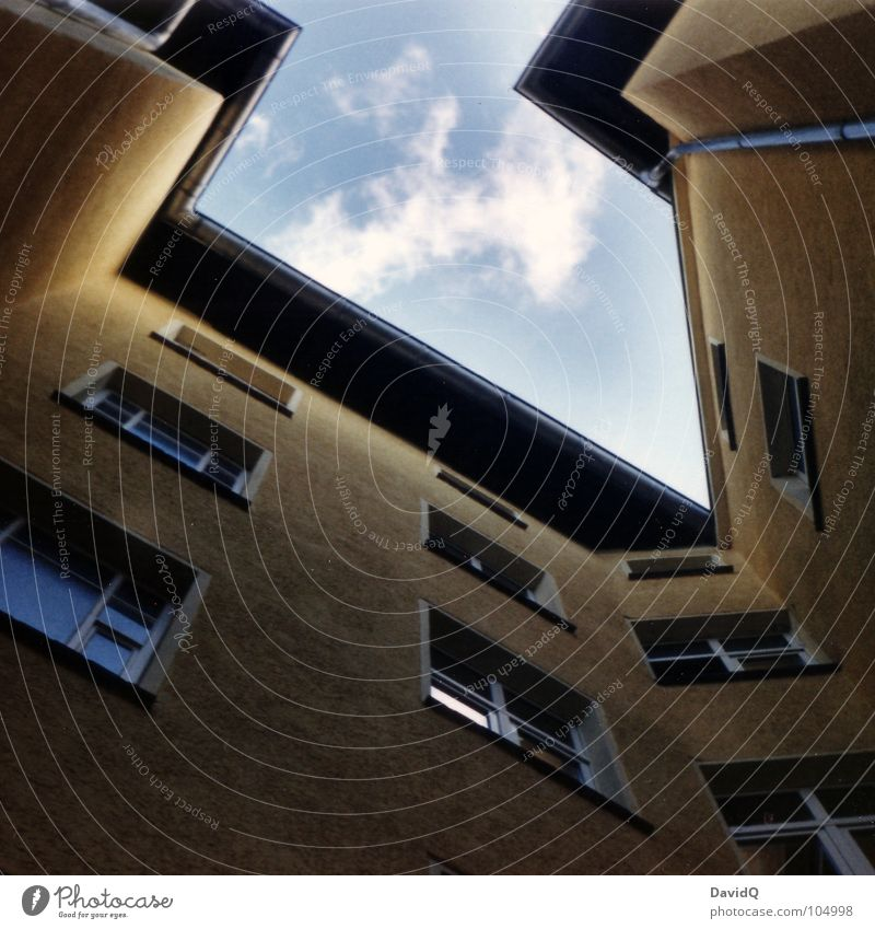 Hinterhof Himmel blau Wolken gelb Fenster Wohnung Fassade Häusliches Leben Bauernhof Etage aufwärts Mieter Stadthaus Vermieter Wohngemeinschaft