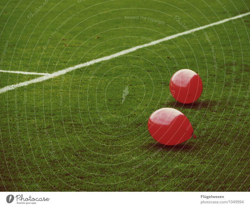Luftnummer rot Gras Sport Linie Fitness Fußball Luftballon Sportmannschaft sportlich Sportrasen Ballone Sport-Training Publikum Sportveranstaltung Sportler