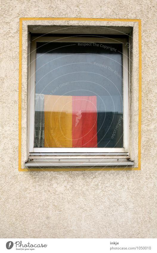 deutsche Gemütlichkeit Lifestyle Stil Häusliches Leben Wohnung Dekoration & Verzierung Menschenleer Fassade Fenster Gardine Deutsche Flagge Fahne Rahmen Zeichen