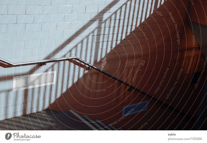 Abgang Stadt Treppe verrückt laufen Geländer Fliesen u. Kacheln Tunnel U-Bahn Bahnhof Treppenabsatz steigen Untergrund unterirdisch S-Bahn London Underground