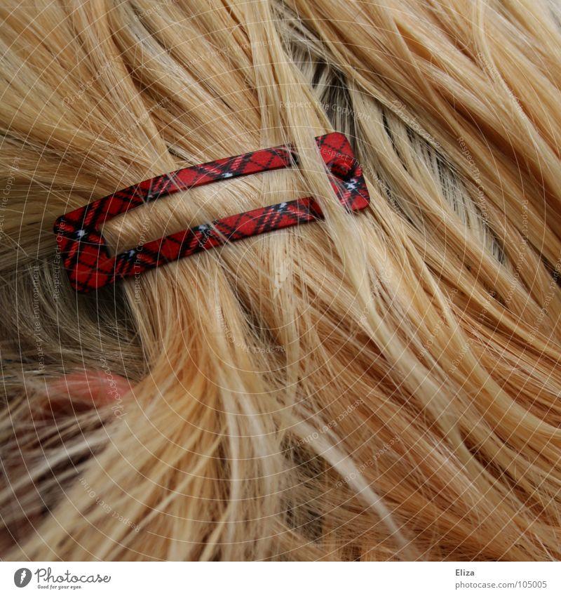 blonde Haare mit einer Haarspange im Schottenmuster frisur Spange Muster kariert Schottland Haarschmuck Mensch Haarsträhne rot schick Mädchen Quadrat schön