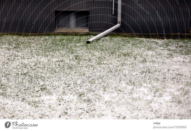Bewässerungsanlage Lifestyle Häusliches Leben Garten Winter Eis Frost Schnee Wiese Menschenleer Haus Fassade Fenster Regenrohr Rohrleitung Röhren Wasserrohr