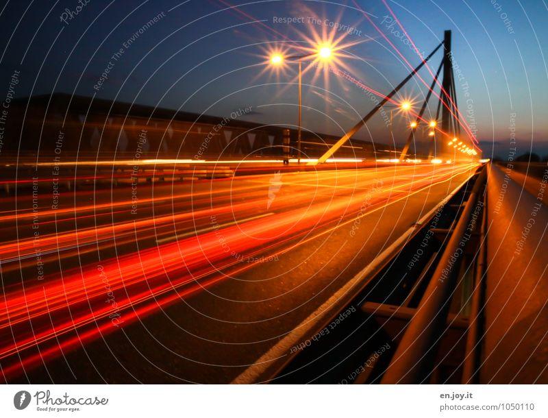 Strich in der Landschaft Energiewirtschaft Karlsruhe Stadt Menschenleer Brücke Verkehr Verkehrswege Straßenverkehr Autofahren Autobahn leuchten blau orange rot
