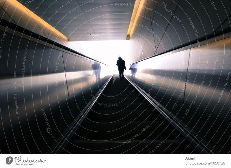Hoch hinaus I 1 Mensch Zukunft Flucht Ungewisse Zukunft Rolltreppe Öffentlicher Personennahverkehr Ausgangssituation aufsteigen Beförderung wegweisend