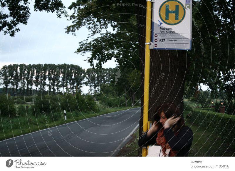 to freshen up Frau Straße Haare & Frisuren Zeit warten fahren Dorf Amerika Station Bus ausgehen fixieren Straßennamenschild Bushaltestelle Linienbus
