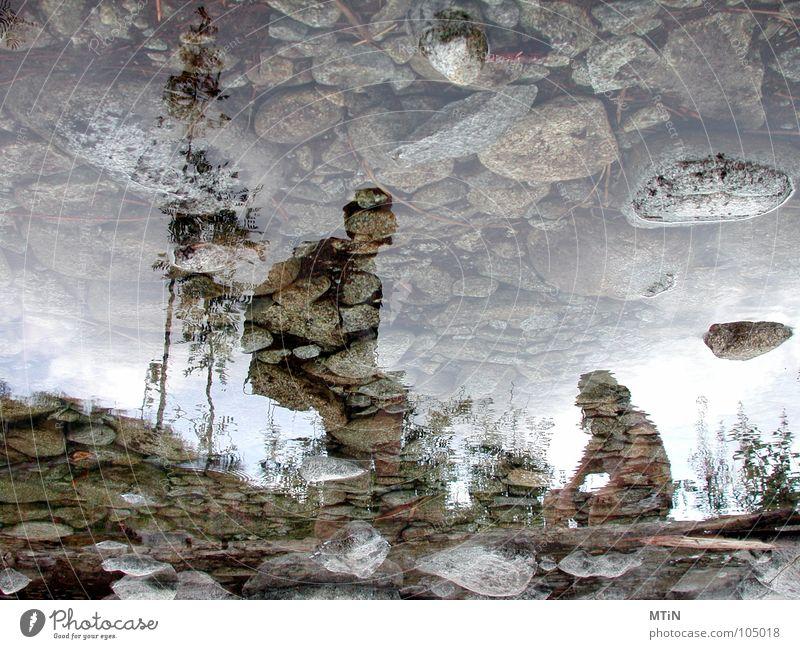 die Rast. Wasser ruhig Berge u. Gebirge Stein wandern verrückt Pause Fluss Spiegel Müdigkeit Polen bizarr Bach falsch seltsam Spiegelbild