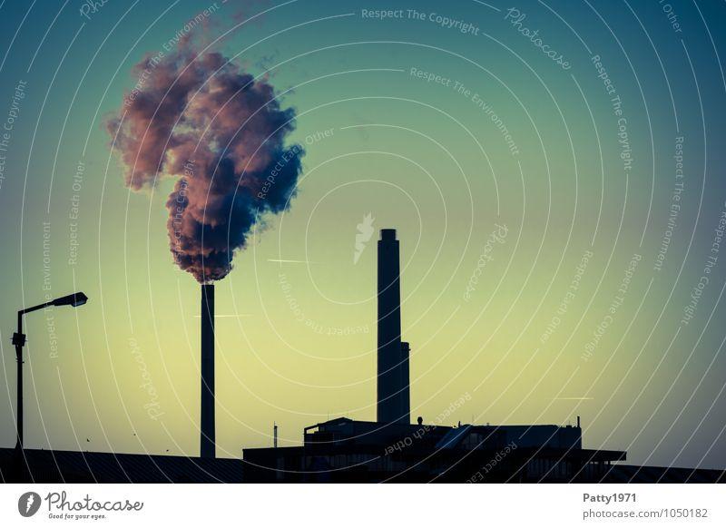 Rauchender Industrieschlot und Heizkraftwerk in der Abenddämmerung Energiewirtschaft Kohlekraftwerk CO2-Ausstoß Emission Abgas Industrieanlage Schornstein