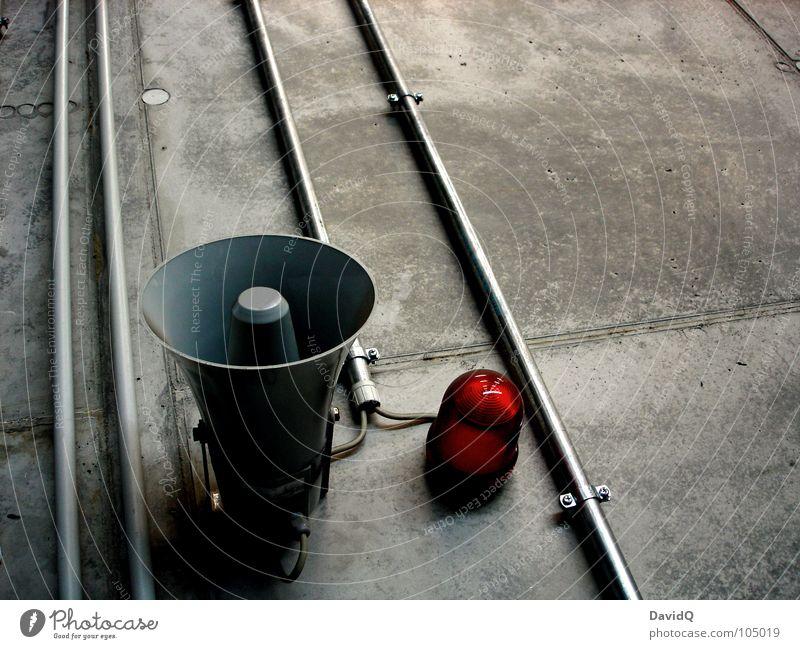 Signalgeber rot Lampe Wand grau Angst Beton verrückt Industrie gefährlich bedrohlich Röhren Panik Horn Ton Leitung laut