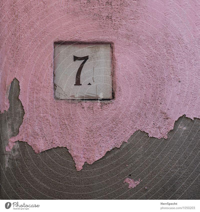 7. Italien Haus Bauwerk Gebäude Mauer Wand Fassade Stein Ziffern & Zahlen rosa Hausnummer Altbau alt abblättern Farbstoff Riss Patina grau Farbfoto