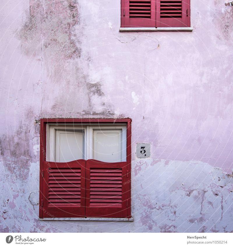 Halbe-halbe Italien Dorf Haus Einfamilienhaus Bauwerk Gebäude Mauer Wand Fassade Fenster alt außergewöhnlich trist rosa rot weiß Fensterladen Hausnummer 3