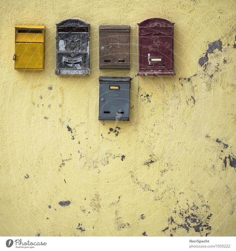 Please, Mr. Postman... alt Haus gelb Wand Farbstoff Mauer außergewöhnlich Fassade dreckig trist authentisch ästhetisch Italien abblättern Briefkasten Mehrfamilienhaus